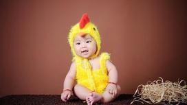Малыш в костюме цыпленка