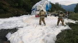 Пожарные работают на месте аварии