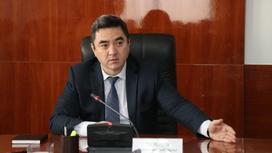 Нурлан Таубаев сидит за столом