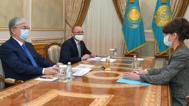 Касым-Жомарт Токаев и Аида Балаева сидят за столом