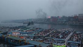 Заполненный людьми порт в Дакке