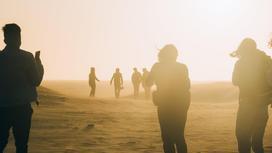 Люди в пыли и песке