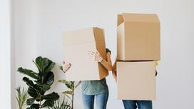 Пара с коробками в руках