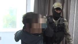 Полицейский проводит задержание