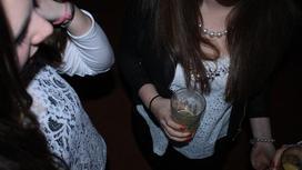 Девушки со стаканом сока