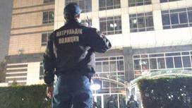 полицейский стоит на месте происшествия