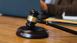 Судебный молоток на столе
