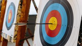 Мишень со стрелой в центре рядом с еще одной мишенью