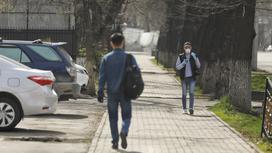 Двое парней идут на улице