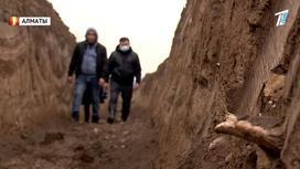 Люди идут по выкопанной траншее