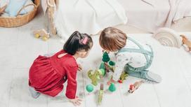 Двое детей играют