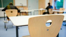 Школьники сдают экзамены в аудитории