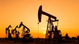 """Нефтяные насосы качают """"черное золото"""" из земли"""