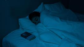 Девушка спит в кровати