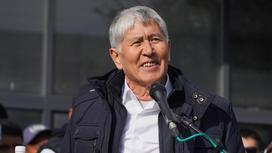 Алмазбек Атамбаев стоит у микрофона