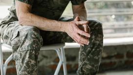 Военный сидит на стуле