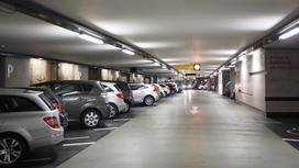 Машины стоят в подземном паркинге