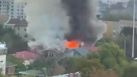 Крупный столб дыма над горящим домом в Алматы