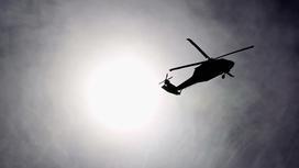 Вертолет летит в небе