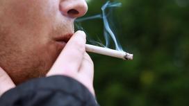 Мужчина курит сигарету