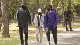 Люди в масках гуляют по парку