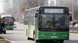 Автобус подъехал к перекрестку