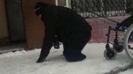 Инвалид ползет по ступенькам в Караганде