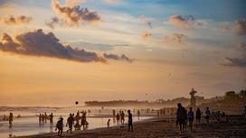 Пляж с отдыхающими