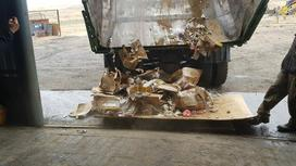 Медицинские отходы выгружают из кузова грузовика