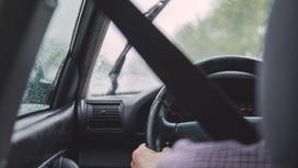 Мужчина ведет машину