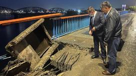 Специалисты смотрят на обвалившейся мост
