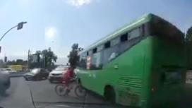 Автобус едва не сбил двух детей