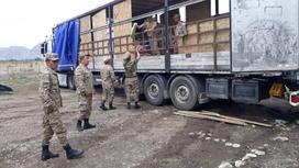 Сотрудники МЧС во время подготовки к эвакуации жителей