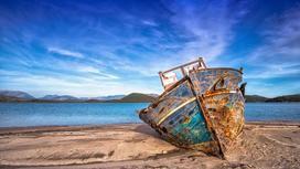 Заржавевшее судно на берегу