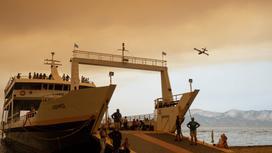 Жители Эвбеи покидают остров на пароме