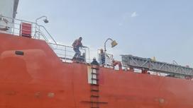 Моряки на борту танкера