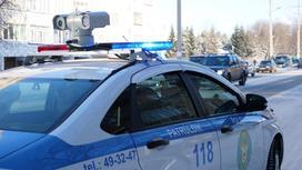 Автомобиль полиции стоит на обочине