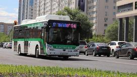Автобус едет по столице