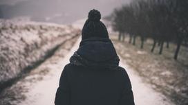 Фото девушки со спины на фоне зимнего пейзажа