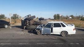 Поврежденный автомобиль и трактор на месте аварии