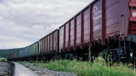 Вагоны стоят на железнодорожных путях