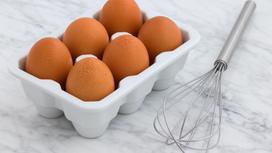 Яйца в коробке и венчик