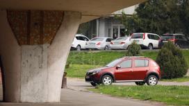 Автомобиль стоит на парковке