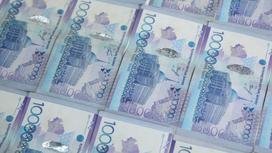 Деньги разложены на столе