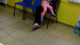 Мама с ребенком на стуле в больнице в Актобе
