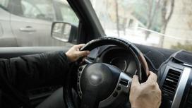 Водитель за рулем авто
