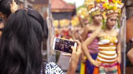девушка фотографирует танцовщиц