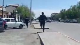 Мужчину бегут за парнем
