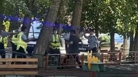 Полицейские задерживают парня с ножом в Павлодаре