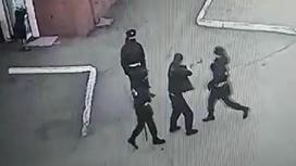 Мужчина напал на патрульных